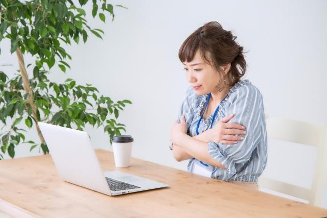 オフィスで冷えを感じる女性