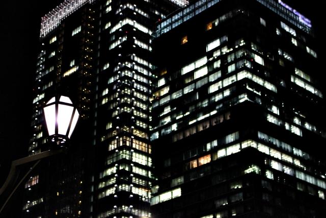 深夜のオフィスビル