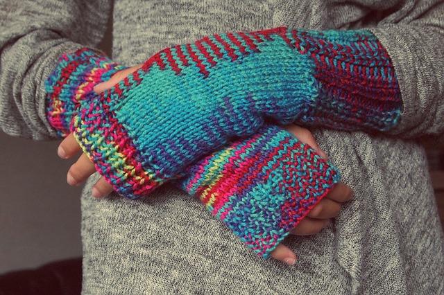 手袋で手を温める